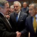 El embajador de Nicaragua en La Haya, Carlos Argüello, acompañado por el canciller Samuel Santos, saluda al representante de Colombia, Julio Londoño Paredes. LA PRENSA/AP/Peter Dejong
