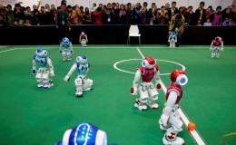 Varias personas observan un partido de fútbol entre robots en la Conferencia Mundial de Robots en Pekín (China). EFE/Wu Hong