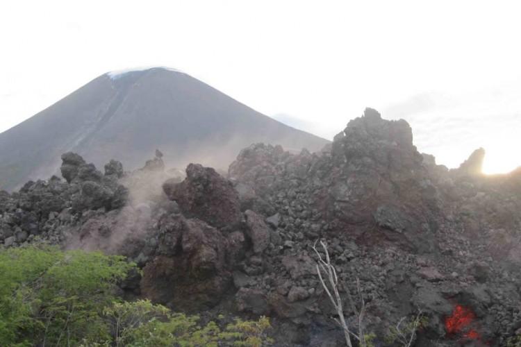 http://dyuxf7ih99896.cloudfront.net/wp-content/uploads/2015/12/06060057/EL-lava-avanza-a-paso-lento-24-750x500.jpg