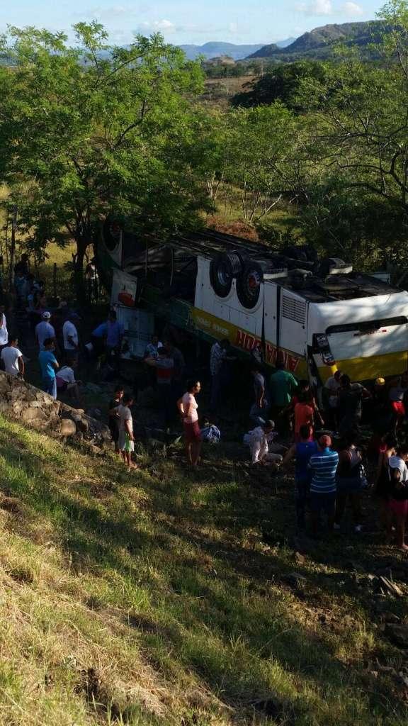 Así quedó el bus de transporte de pasajeros que se volcó en el sector de la comarca Las Brisas, en la carretera Boaco-Managua. Fotos cortesía de Jorge Duarte